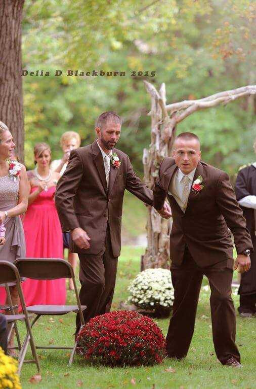 Tata panny młodej podczas ślubu przerwał ceremonię. Wziął za rękę innego mężczyznę i zaczął iść w stronę córki