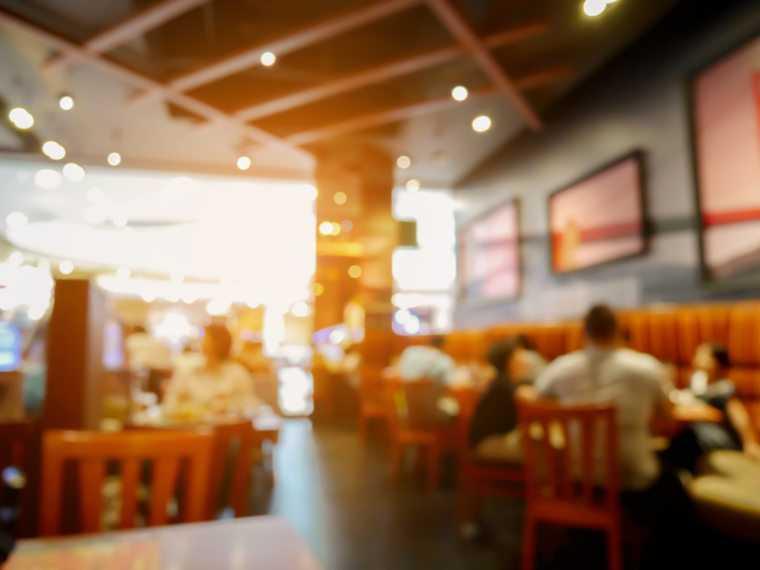 Dyrektor zrezygnował z darmowego obiadu dla nauczycieli. Właściciel restauracji sprzeciwia się LGBT