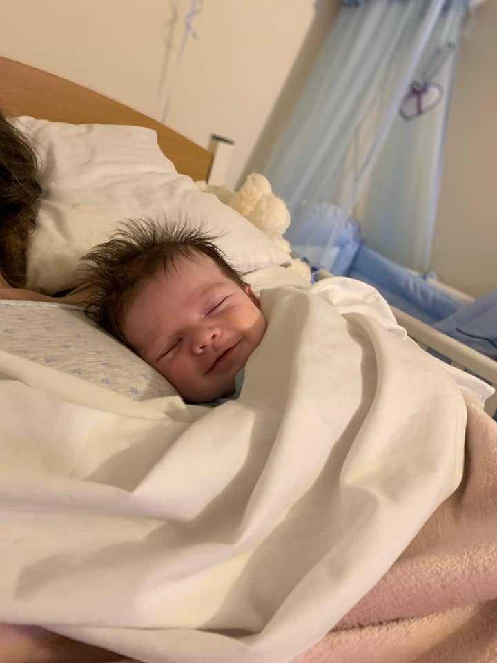 17-latka trzyma w ramionach nowo narodzonego synka. Niedługo potem już nie żyje