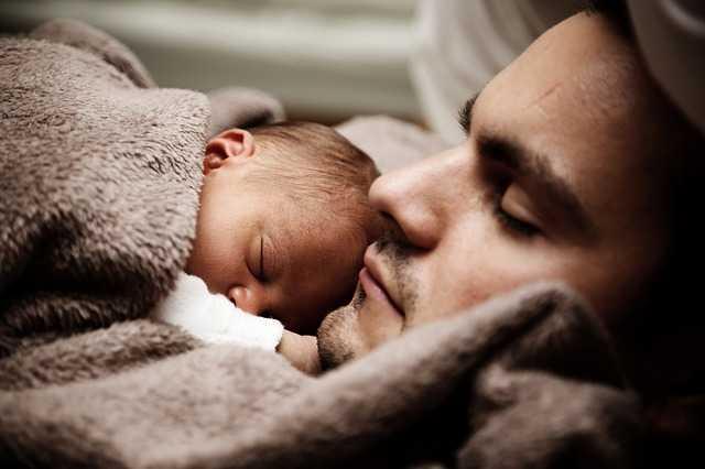 Tata trzymał na rękach noworodka podczas, gdy jego partnerka umierała. Nikt nie miał pojęcia