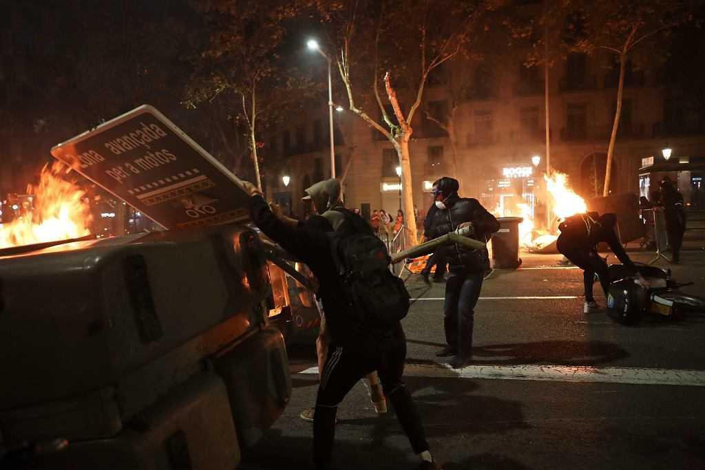 Płonące barykady na ulicach Barcelony. Fala protestów po skazaniu organizatorów referendum