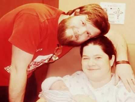 Pielęgniarka przynosi mamie noworodka. Kiedy ta zagląda do jego buzi, jest przerażona