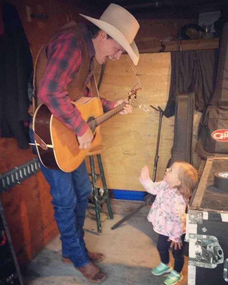 Nie żyje dwuletnia córka znanego muzyka. Tak doszło do tragedii