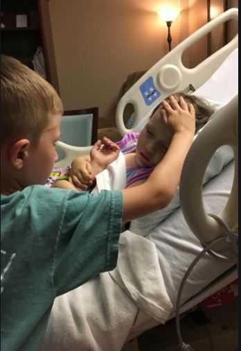 Chłopiec przyszedł pożegnać się ze swoją nieuleczalnie chorą siostrzyczką. Zdjęcie łamie serce