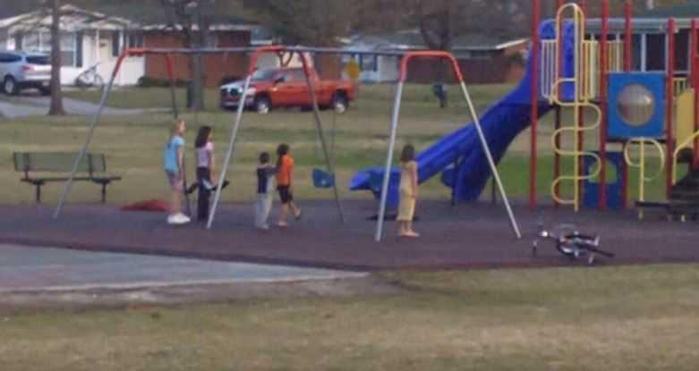 Dzieci bawiły się na placu zabaw, gdy nagle stanęły w bezruchu. Powód łapie za serce, wszystko zostało nagrane