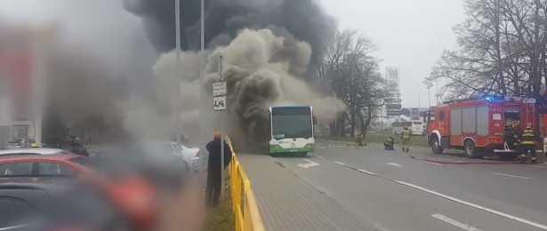 Zatrważające informacje z polskiego miasta. Autobus pełen pasażerów stanął w płomieniach, zdjęcia budzą grozę