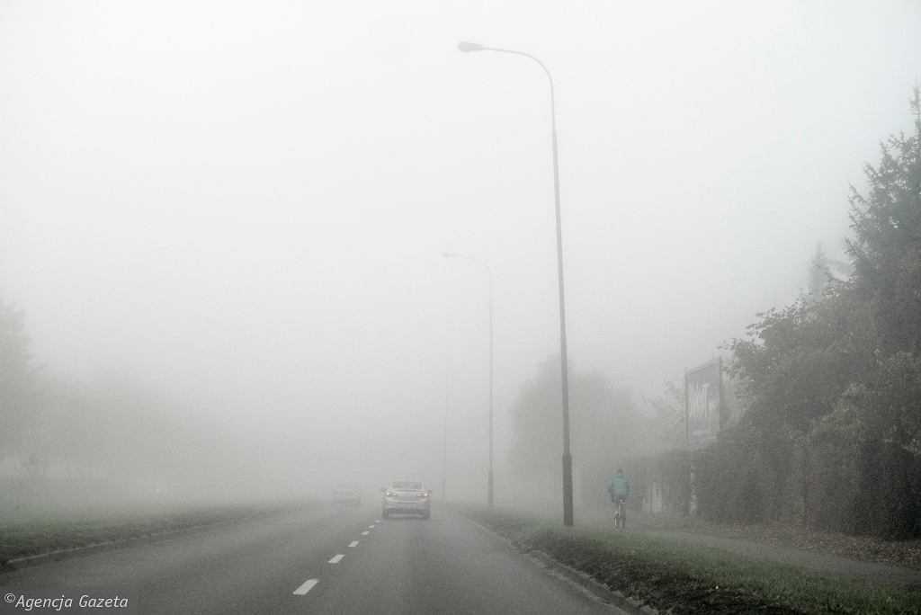 IMGW wydało ostrzeżenia przed gęstymi mgłami. Mają pojawić się w ośmiu województwach