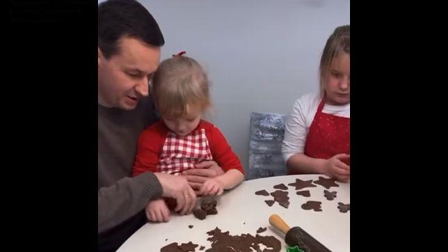 Mateusz Morawiecki z rodziną piecze pierniczki
