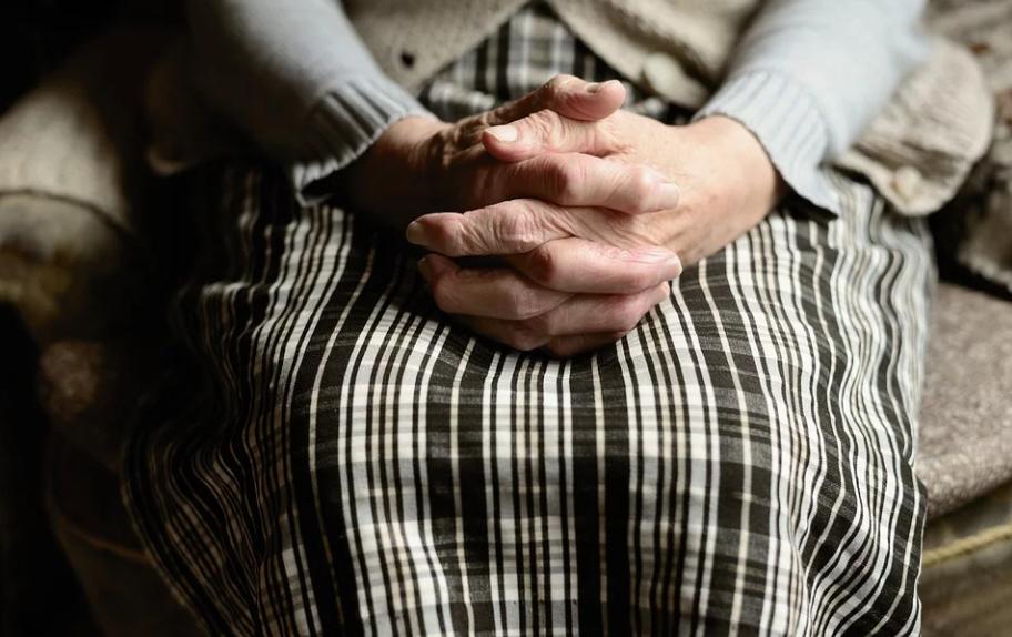 Samotna staruszka spędzała Wigilię sama. Dzwonek do drzwi zmienił wszystko