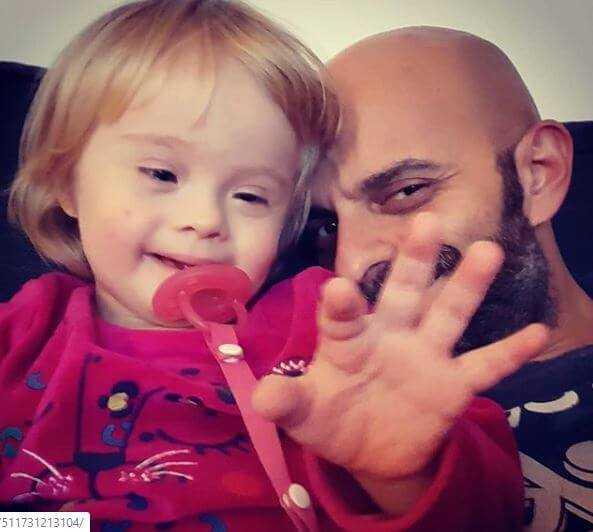 Samotnie adoptował dziewczynkę z zespołem Downa. Miała zaledwie 13 dni, gdy została jego córeczką