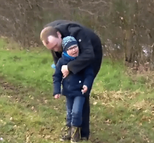 Samotnie wychowywał syna. Pewnego dnia przestał pojawiać się w pracy, powód wywołuje łzy