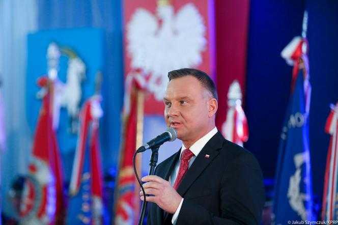 """Prezydent Andrzej Duda włączył się do akcji #Hot16Challenge2. """"Nie pytają cię o imię, walczą z ostrym cieniem mgły"""""""