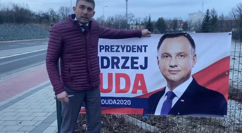 """Bez zgody powiesili baner Andrzeja Dudy na płocie. """"Jestem wkurzony. Oddam go na policję"""""""
