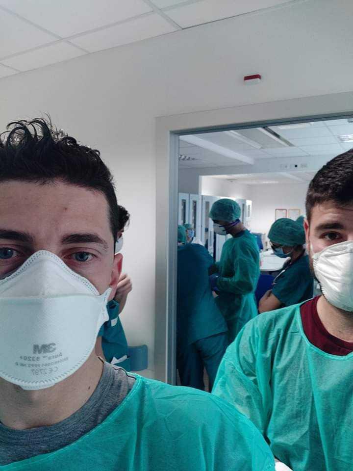 Dwóch Włochów ratuje pacjentów z COVID-19. Grozi im pozew sądowy za złamanie praw patentowych?