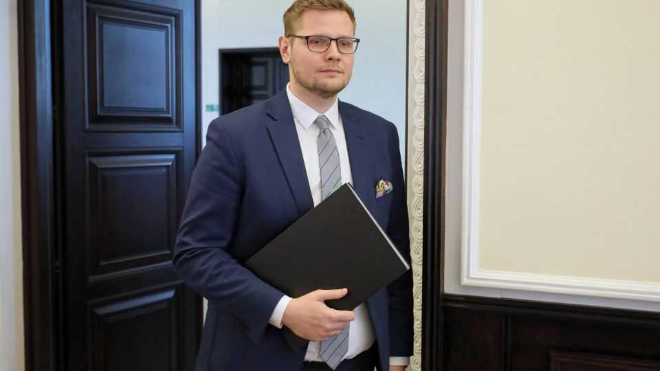 Minister Woś: Zaraziłem koronawirusem żonę w stanie błogosławionym i córeczkę. Na szczęście przechodzą to łagodnie