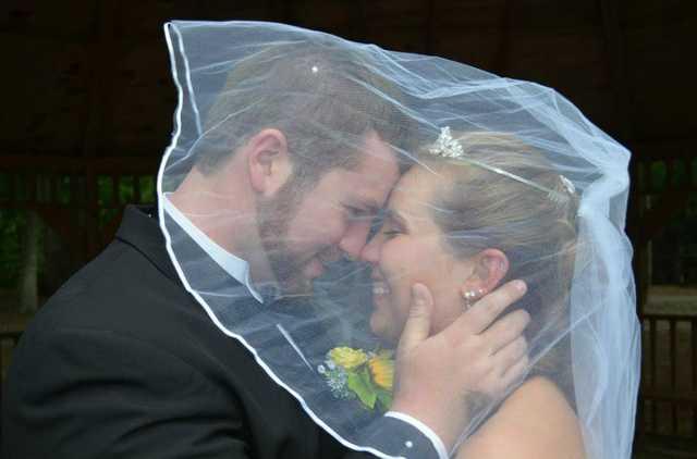Kobieta dokładnie 19 dni po ślubie spojrzała na zdjęcie z ceremonii. Prawda ją poraziła