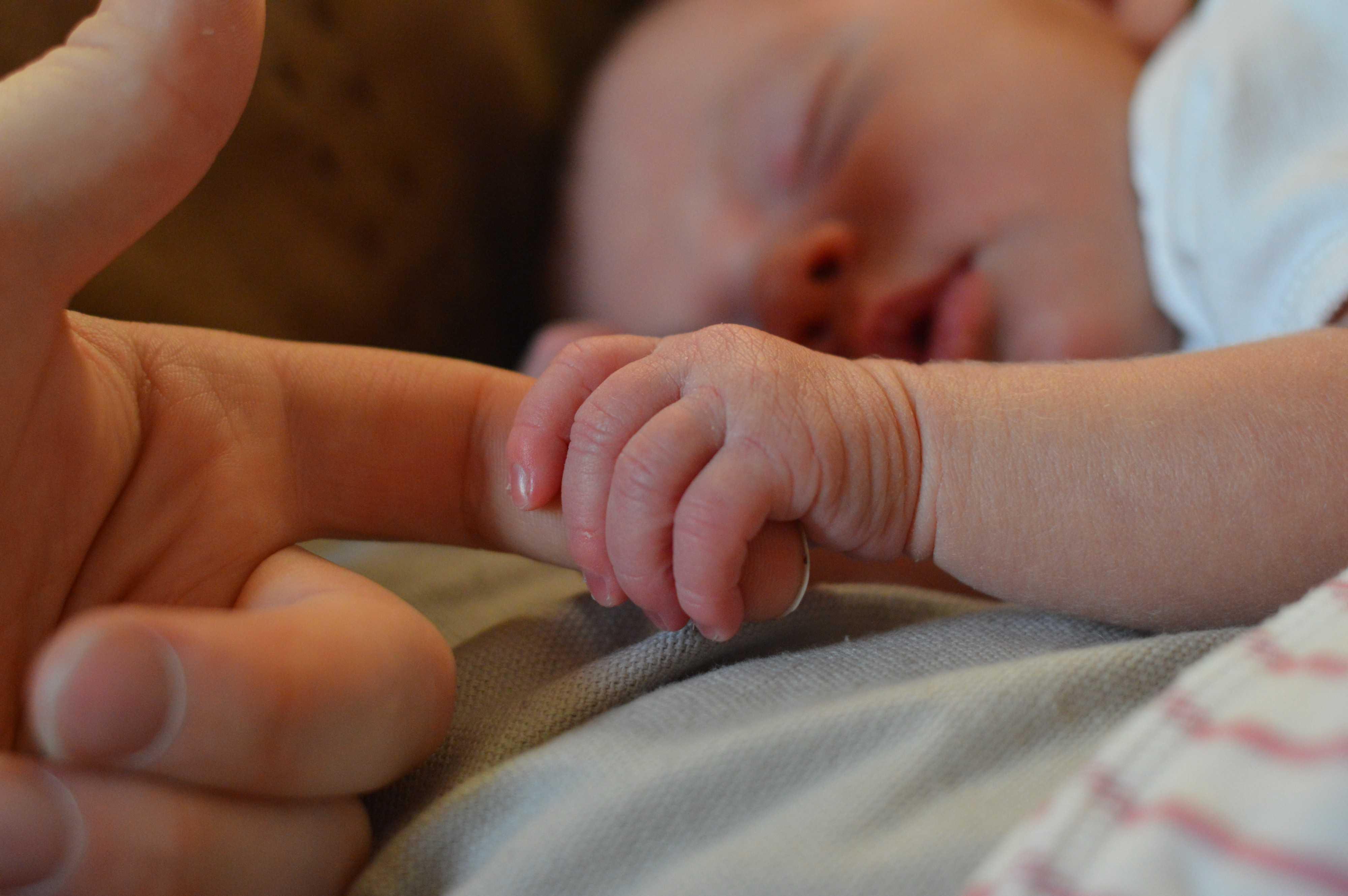 10 noworodków zarażonych koronawirusem tuż po urodzeniu