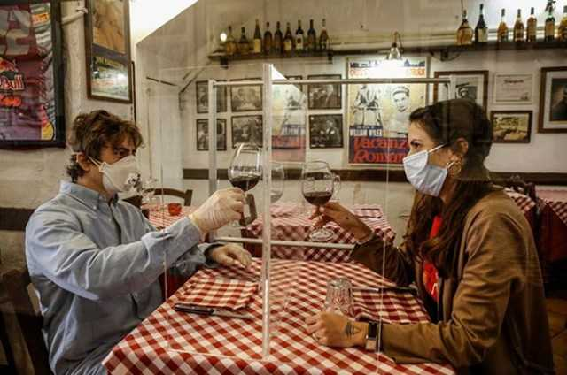 Jak będzie wyglądać świat po pandemii? Randki przez pleksi, przedziały w samolotach?