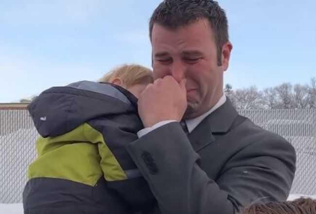 Tata samotnie wychowuje 7 dzieci. Tuż przed świętami zaczepił go nieznajomy i wywołał morze łez