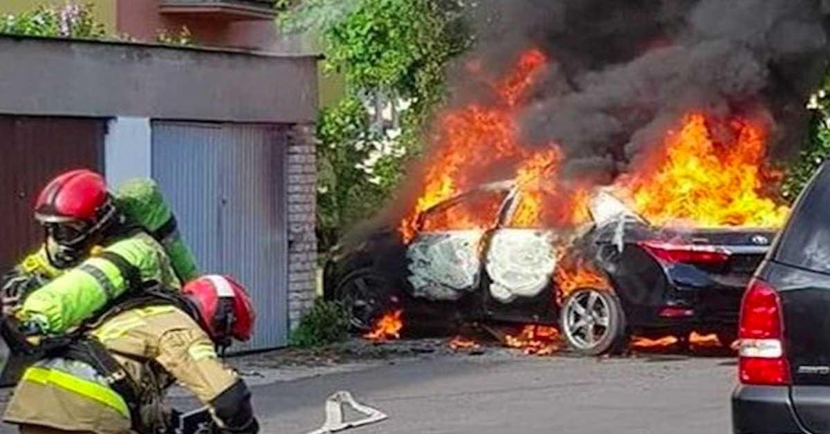Pożar samochodu z dzieckiem w Płocku. Co było przyczyną tego dramatu?