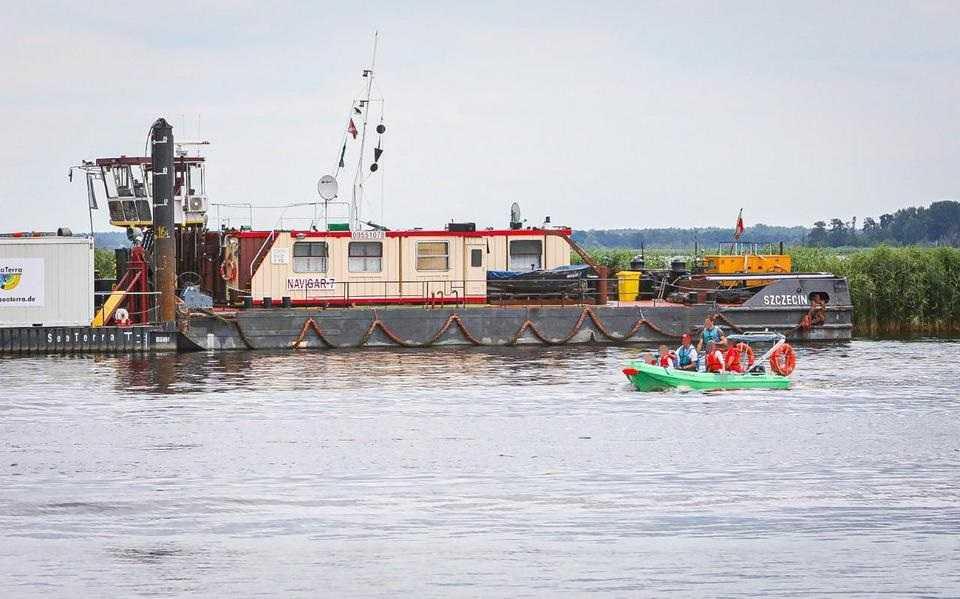 Tragedia na jeziorze Dąbie. Zmarła 9-latka, która utknęła w kabinie przewróconej motorówki