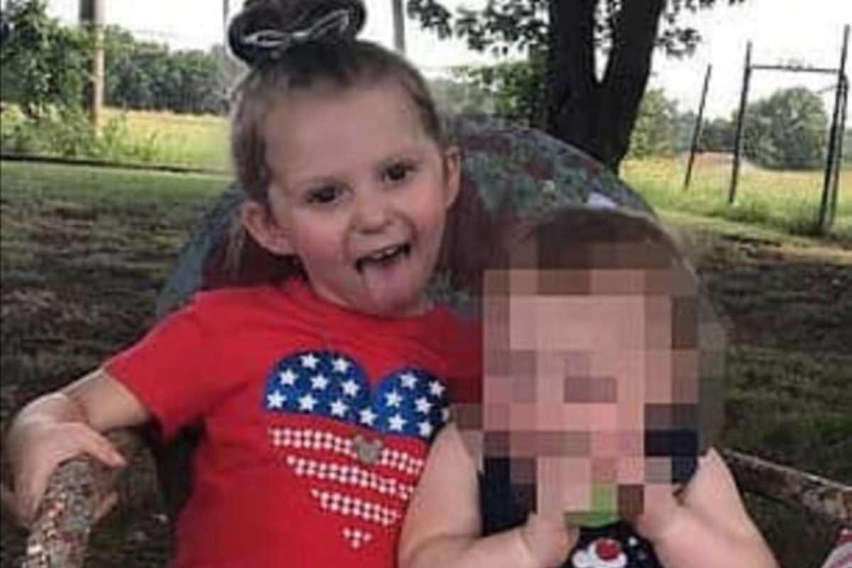 Dziecko zmarło w nagrzanym samochodzie. Drugie jest w krytycznym stanie