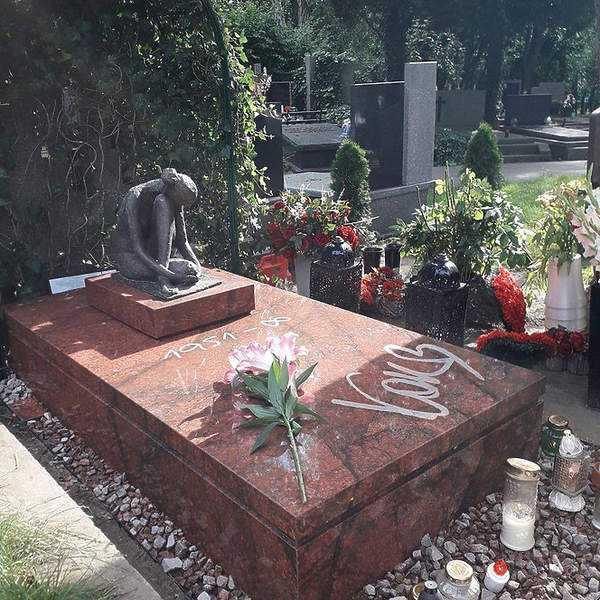 Tak dziś wygląda odnowiony grób Kory. Uwagę przykuwa jedna niepowtarzalna rzecz