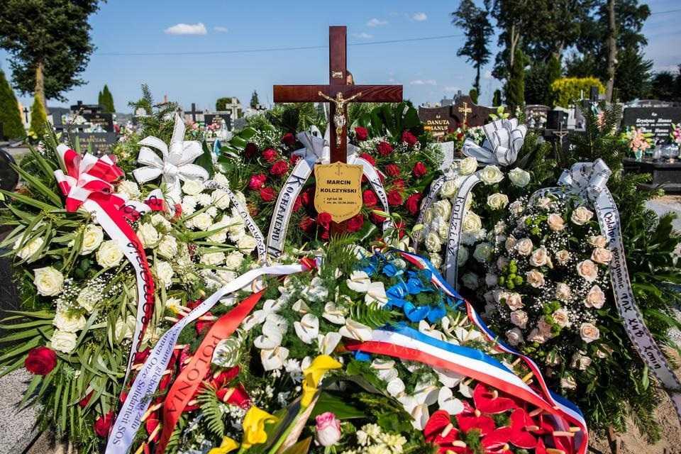 Marcin zginął ratując tonące dzieci. Wdowa codziennie odwiedza grób męża