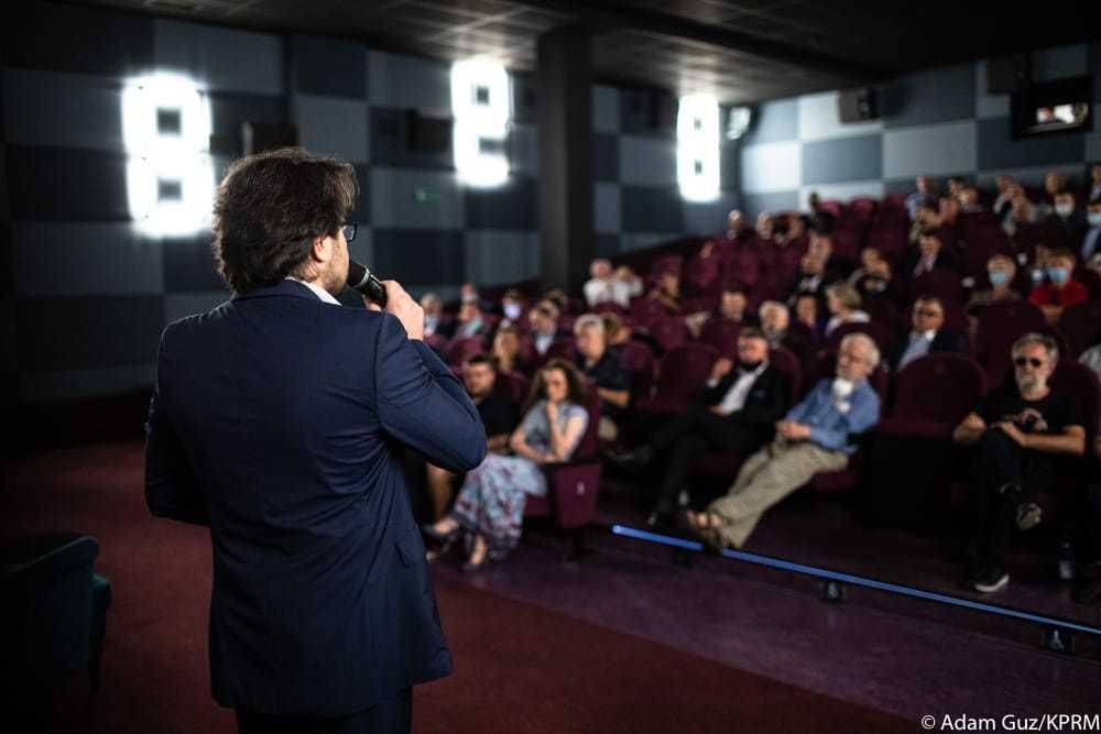 Mateusz Morawiecki bez maseczki w kinie. Zdjęcia premiera oburzyły obywateli