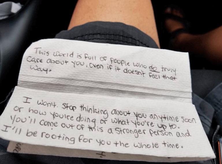 Leciała na pogrzeb swojego syna. Podczas lotu steward wręczył jej liścik, polały się łzy