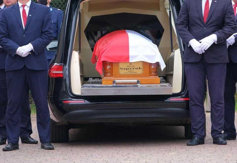 """""""Już ma zapewnione miejsce w niebie"""". Pogrzeb bohatera. Marcin zginął, niosąc pomoc dziecku"""