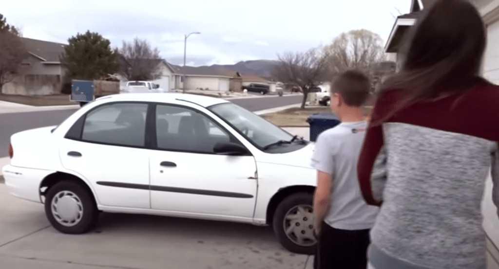 Pracowity 13-letni chłopiec sprzedaje Xboxa i kosi trawniki, by kupić swojej samotnej mamie samochód