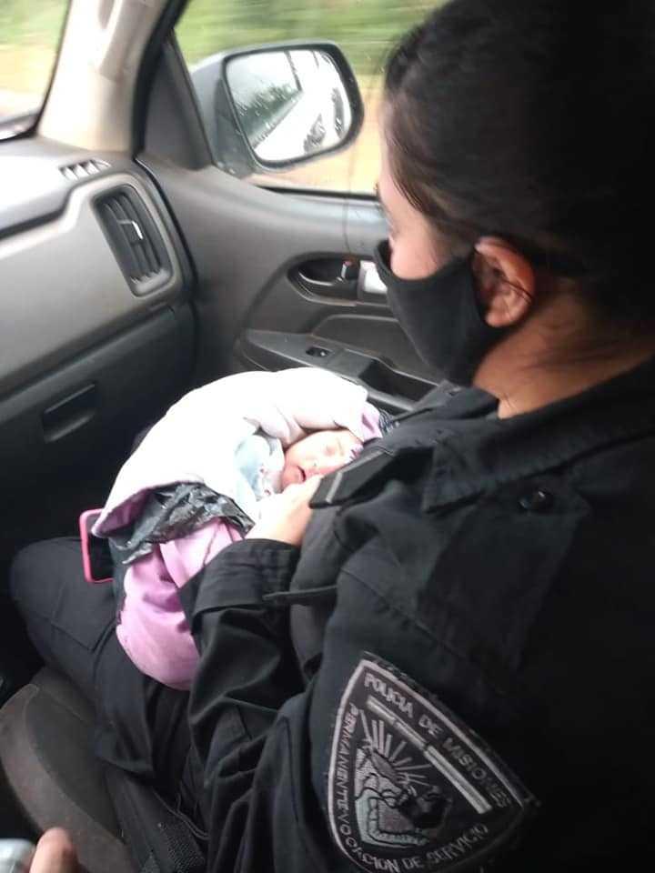2-dniowy noworodek z nożem wbitym w plecy leżał na ulicy. Ledwo oddychał