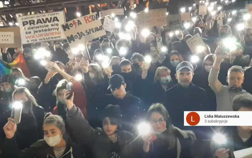"""Protesty po orzeczeniu TK. W czasie wtorkowej demonstracji w Lesznie odśpiewano """"Rotę"""""""