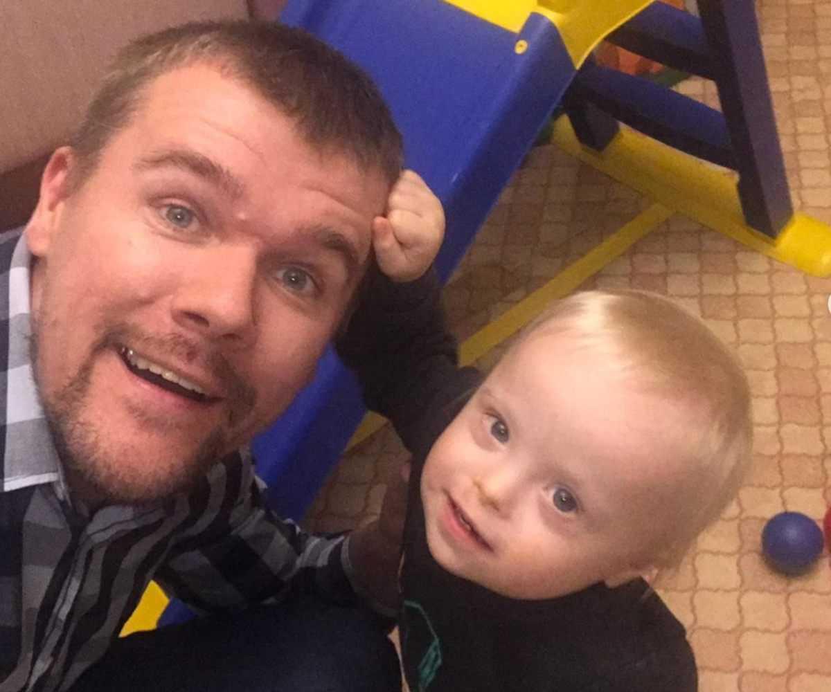 Ojciec wychowuje niepełnosprawne dziecko samotnie. Matkę chłopca to przerosło