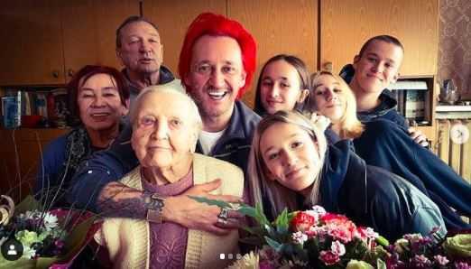 Wiśniewski po raz pierwszy pokazał zdjęcie tragicznie zmarłego ojca, niezwykłe podobieństwo. Na fotografii widać również jego mamę