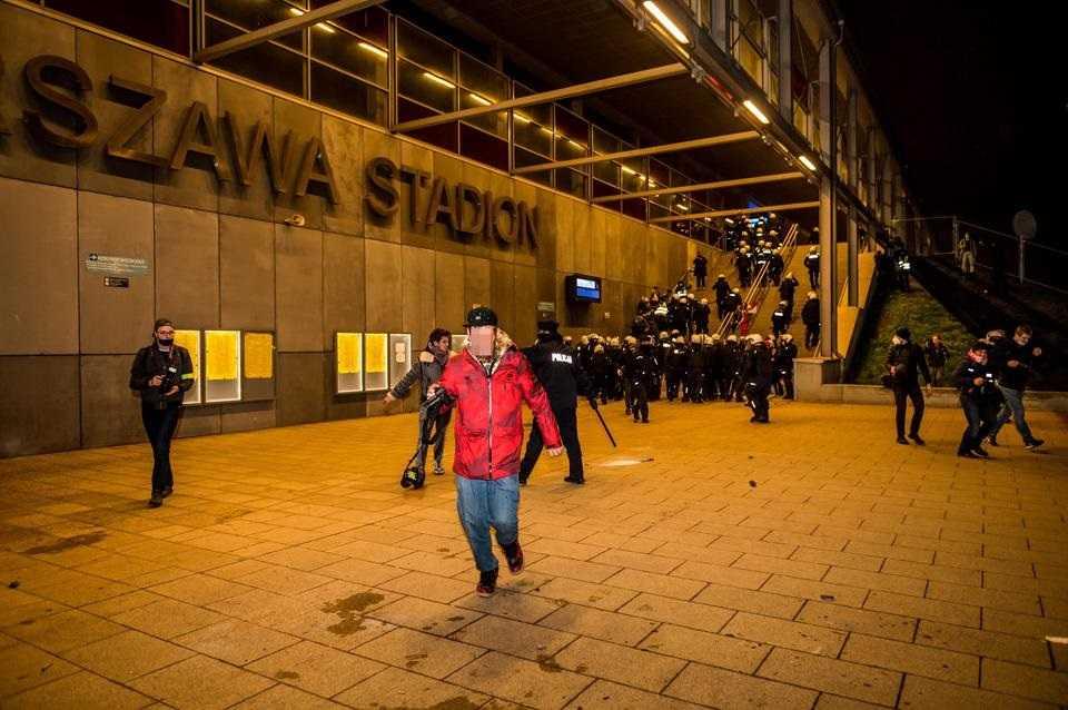 """Dziennikarka """"Newsweeka"""" spałowana na Marszu Niepodległości. Była w odblaskowej kamizelce. Krzyczała, że jest z prasy"""