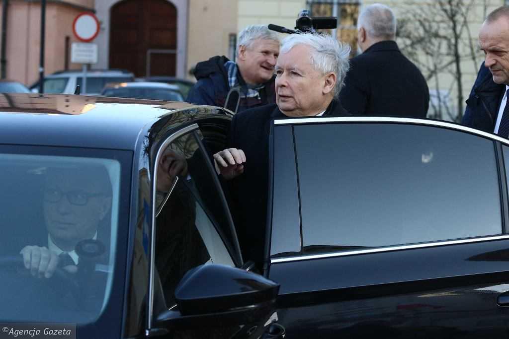 """""""GW"""": Kaczyński przed protestami został wywieziony poza Warszawę w kamizelce kuloodpornej. """"Bohater"""""""