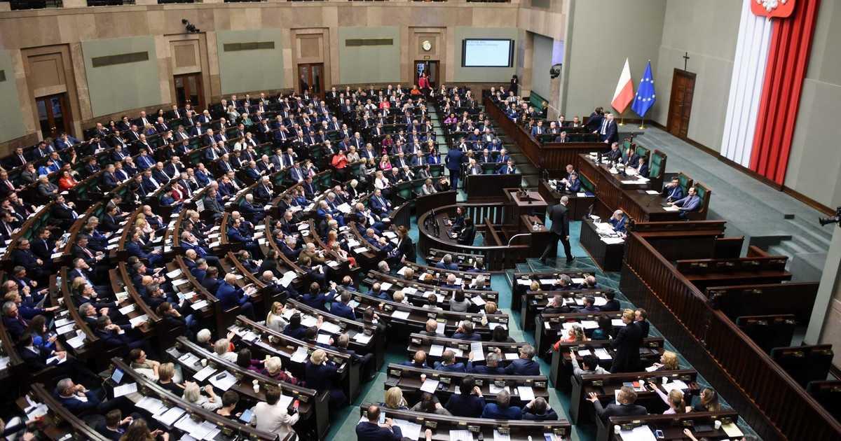 PiS bez większości w Sejmie? Partia Kaczyńskiego znów traci