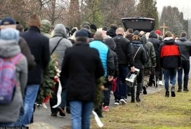 """Poruszające sceny na pogrzebie Marka ze ,,Złomowiska PL"""". Zdjęcia z cmentarza rozbijają serce na kawałki"""