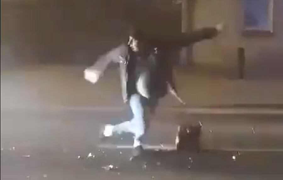 Kościan. Mężczyzna odpalał fajerwerki na środku drogi. Uderzył w niego samochód dostawczy
