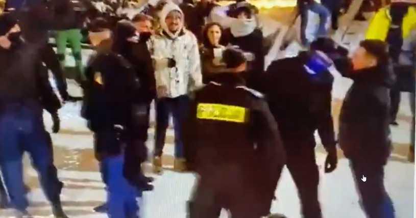 """Nagrali policjanta w Zakopanem. Chciał uderzyć """"z główki"""""""