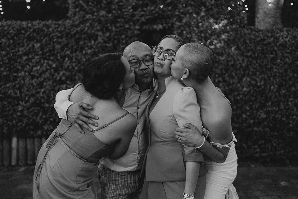 Państwo młodzi ogolili głowy przy gościach weselnych na cześć matki panny młodej, która walczyła z rakiem