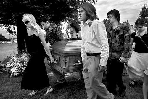 Pomaga wstać wychudzonemu synkowi, by przymierzył ubranie na swój pogrzeb