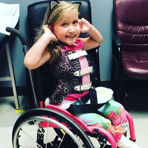 Dziewczynka na wózku inwalidzkim nie może wybrać się na wycieczkę szkolną – nauczyciel decyduje się ją ponieść