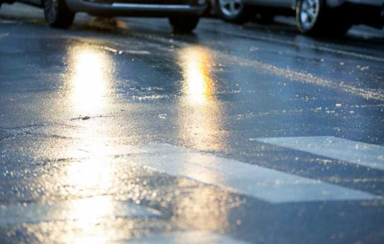 Ostrzeżenia IMGW dla połowy kraju. Uwaga na gołoledź. Ulice i chodniki będą śliskie
