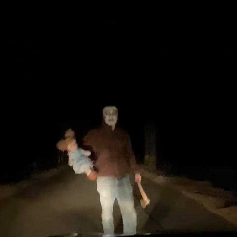 Zamaskowana postać z siekierą i lalką zbliżała się w stronę nadjeżdżającego auta