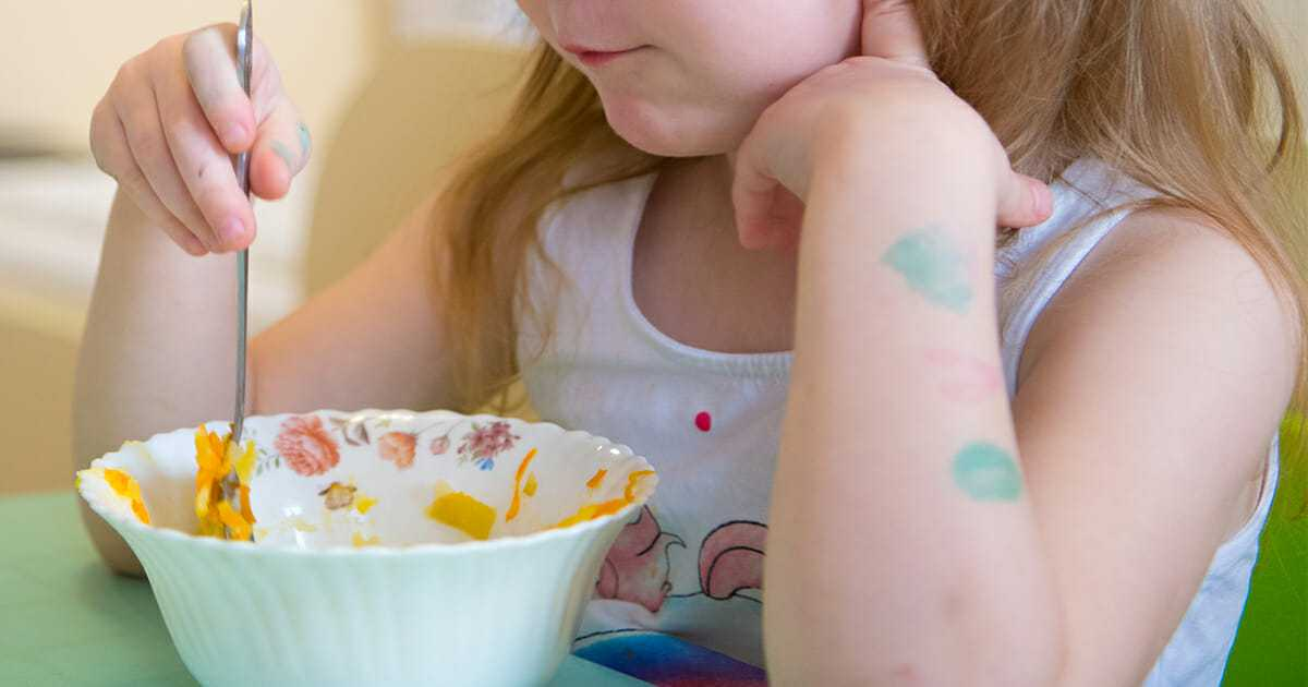 """Macocha nazywa 7-latkę """"puszystą"""" i zachęca ją, by mniej jadła – matka dziewczynki jest wściekła"""