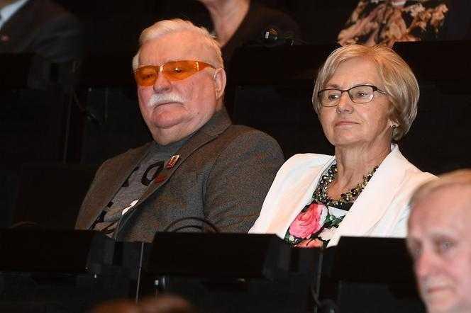 Danuta Wałęsa brutalnie przerwała mężowi transmisję na żywo. Musicie to zobaczyć!