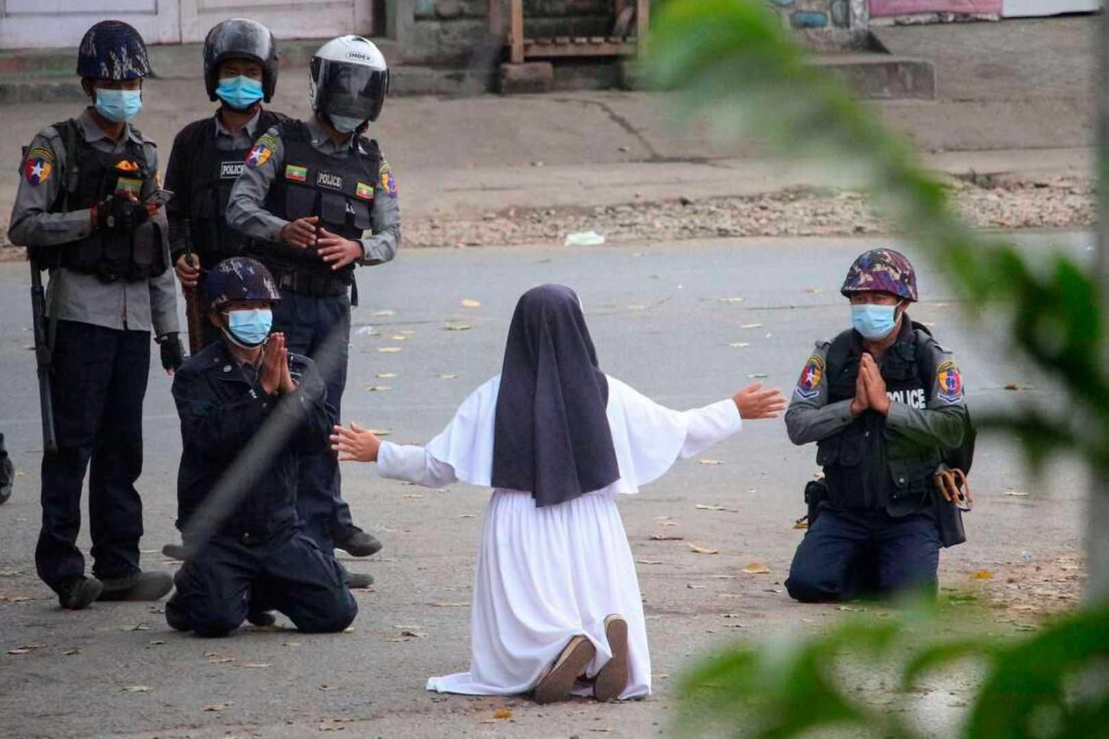 """""""Zabijcie mnie zamiast dzieci"""". Akt heroizmu zakonnicy w Birmie na poruszającej fotografii"""
